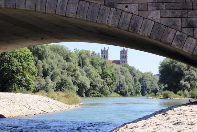 am Isarufer der Wittelsbacher Brücke