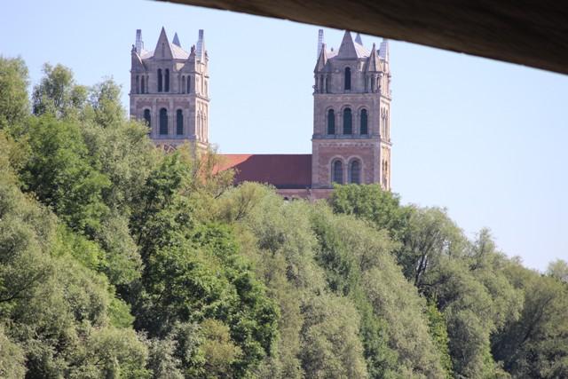 St. Maximilian - Sicht von unterhalb der Brücke